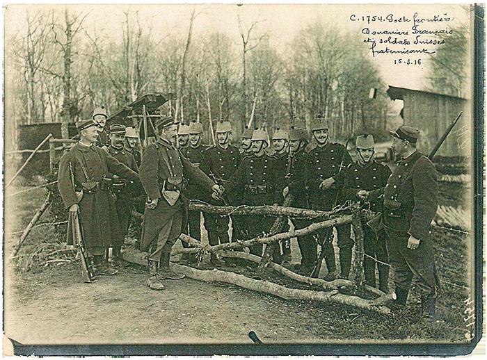 Soldats français et suisses à la frontière en 1916